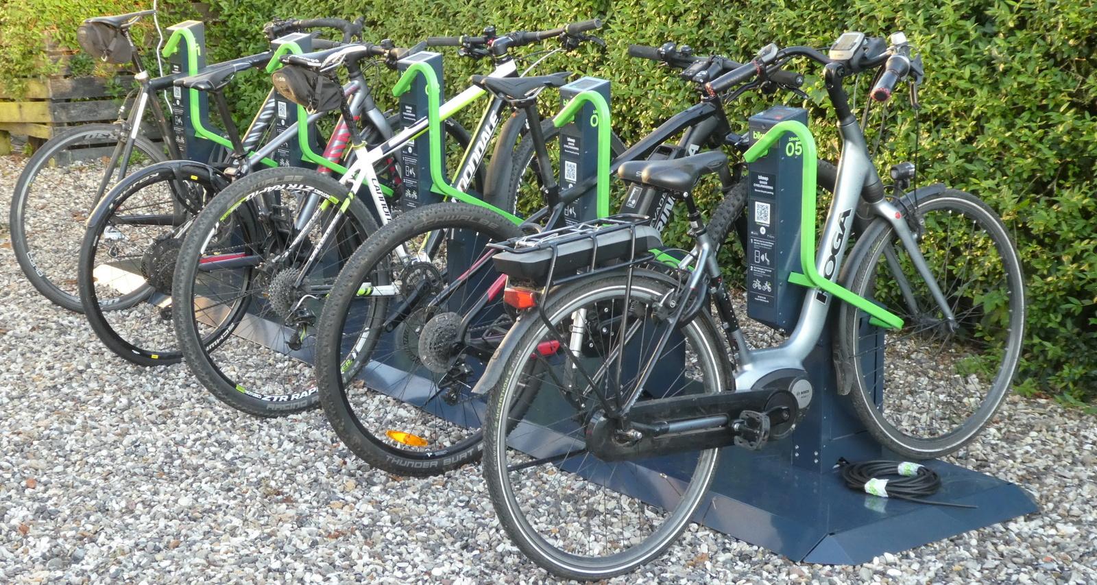 Fem cykler i Bikeep